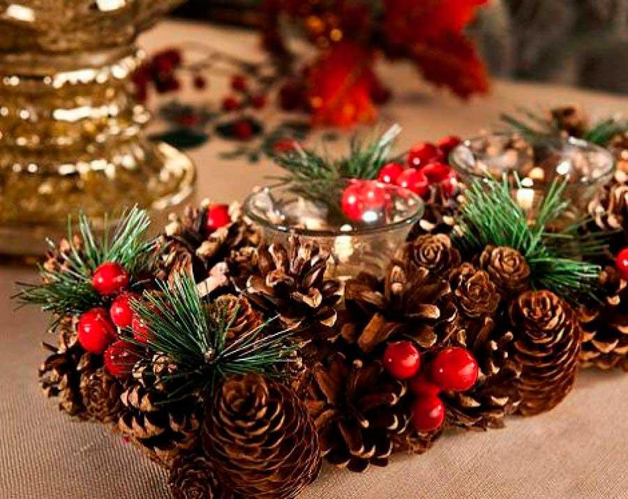 centro de mesa con piñas de decoracíón