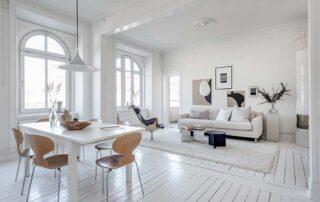 Salón con muebles blancos